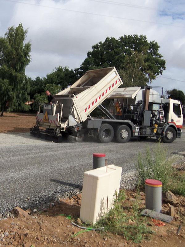 Camion enrobé et route goudronnées